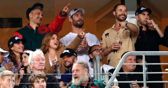 Russel Crowe e equipe de Thor 4 assistem a jogo de rugby